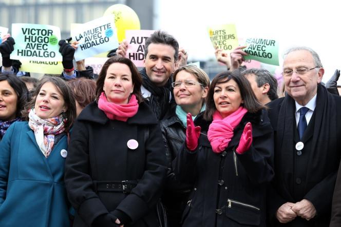Anne Hidalgo (gants rose) avec des membres de son équipe de campagne pour les municipales le 23 novembre à Paris.
