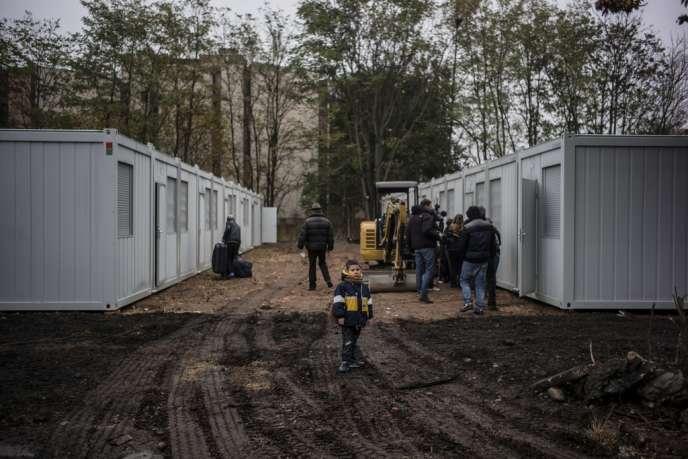 Des demandeurs d'asile albanais dans un campement à Oullins (Rhône), le 18 novembre.