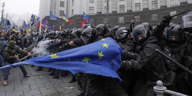 Heurts lors d'une manifestation en faveur de l'intégration de l'Ukraine à l'Union européenne, à Kiev, le 24 novembre.