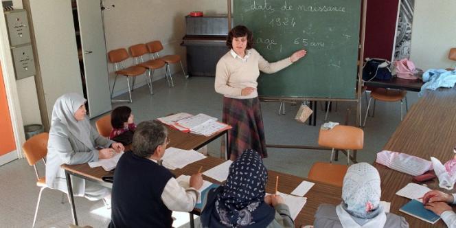 Cours d'alphabétisation à des étrangers vivant en France, le 19 octobre 1989 à Caen.