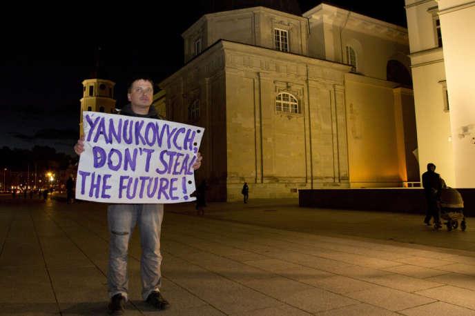 Jeudi 28 novembre, un homme manifeste devant le palais où se tient le sommet de Vilnius : « Ianoukovitch [le président ukrainien] : ne vole pas le futur ».