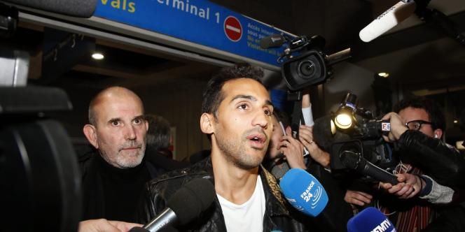 Zahir Belounis à son arrivée à l'aéroport de Roissy-Charles-de-Gaulle, le 28 novembre.