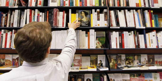 Selon les observatoires, les Français liraient six heures cinquante-quatre minutes par semaine pour les uns, cinq livres en un an, selon les autres, ou encore six livres numériques par mois pour les derniers.