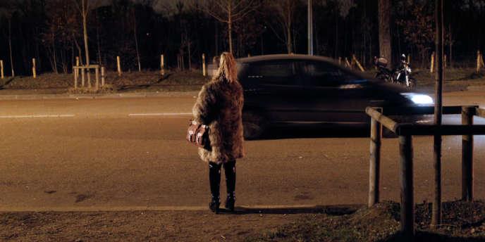 Une prostituée au Bois de Boulogne, à Paris en mars 2012.