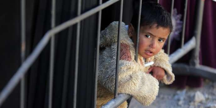 Enfant syrien dans la file d'attente pour se faire enregistrer au Haut-Commissariat aux réfugiés de l'ONU, dans la vallée de la Bekaa au Liban, en novembre.