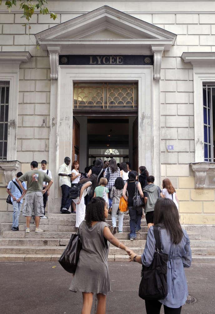 Des élèves devant le lycée Thiers, à Marseille, en 2009.