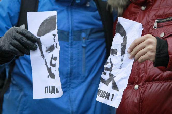 Un portrait déchiré du président ukrainien Viktor Ianoukovitch pendant une manifestation en faveur d'un rapprochement avec l'Union européenne, le 29 novembre à Kiev.