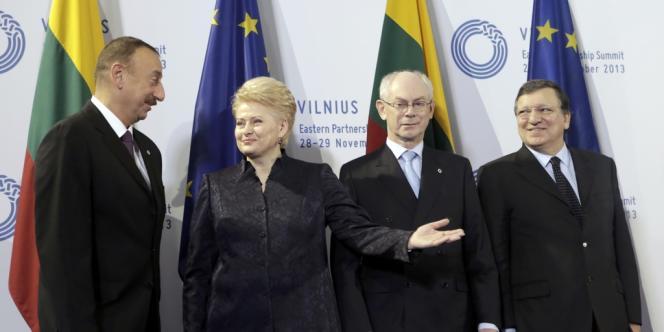 Le président azerbaïdjanais, Ilham Aliyev, reçu par la présidente lituanienne, Dalia Grybauskaité, le président du Conseil européen, Herman Van Rompuy, et le président de la Commission européenne, José Manuel Barroso, lors du sommet de Vilnius le 29 novembre.