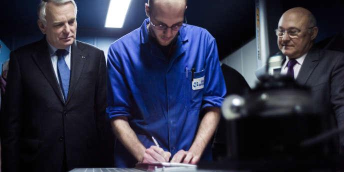 Jean-Marc Ayrault et le ministre du travail, Michel Sapin, assistent à la signature d'un