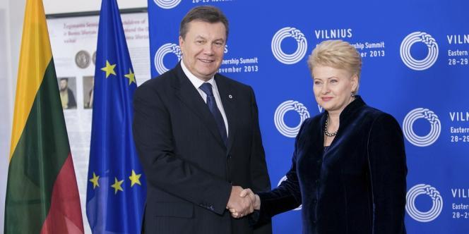 La présidente lituanienne, Dalia Grybauskaité, accueille le président ukrainien, Viktor Ianoukovitch, à Vilnius, lors du sommet du Partenariat oriental.