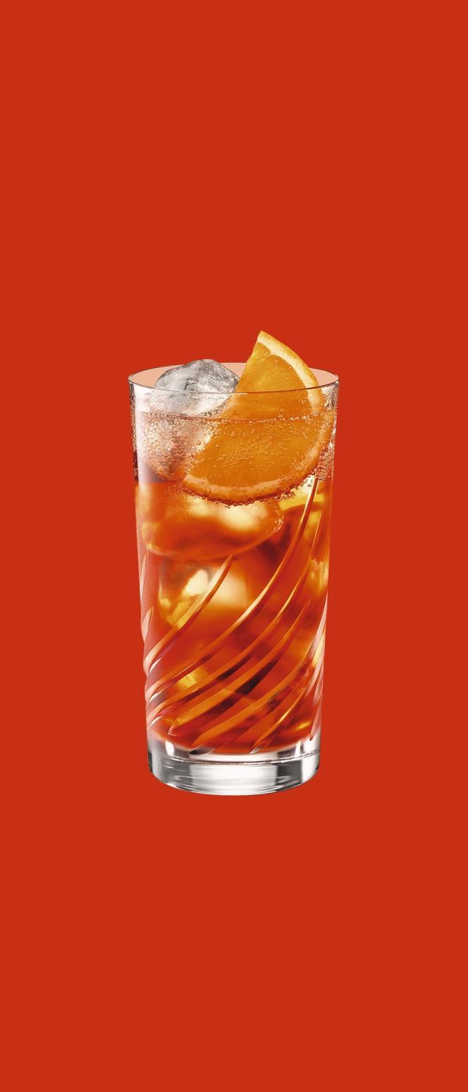 Le Carry Nation (2) s'inspire des bars clandestins de la prohibition, tandis que le  Ballroom (4) mise sur une décoration vintage. On y déguste des  cocktails d'un autre temps, comme l'Americano (3) - Martini, Campari et eau gazeuse - ou le Collins (1) - gin,  jus de citron,  sirop de sureau  et eau gazeuse.