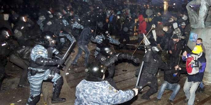 Les forces de l'ordre ukrainiennes dispersent les manifestants pro-UE à Kiev, le 29 novembre 2013.