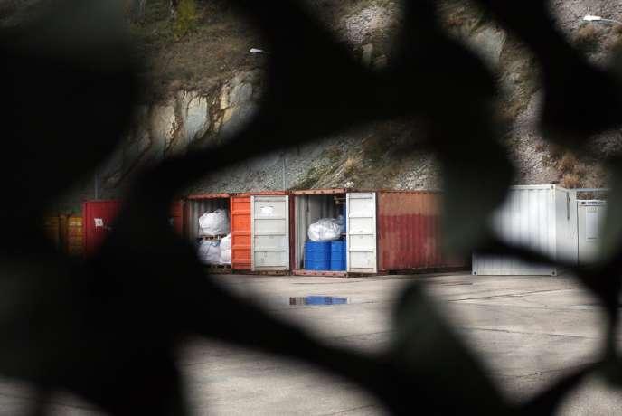 Des armes chimiques entreposées dans des containers en Albanie, dans l'attente de leur destruction.