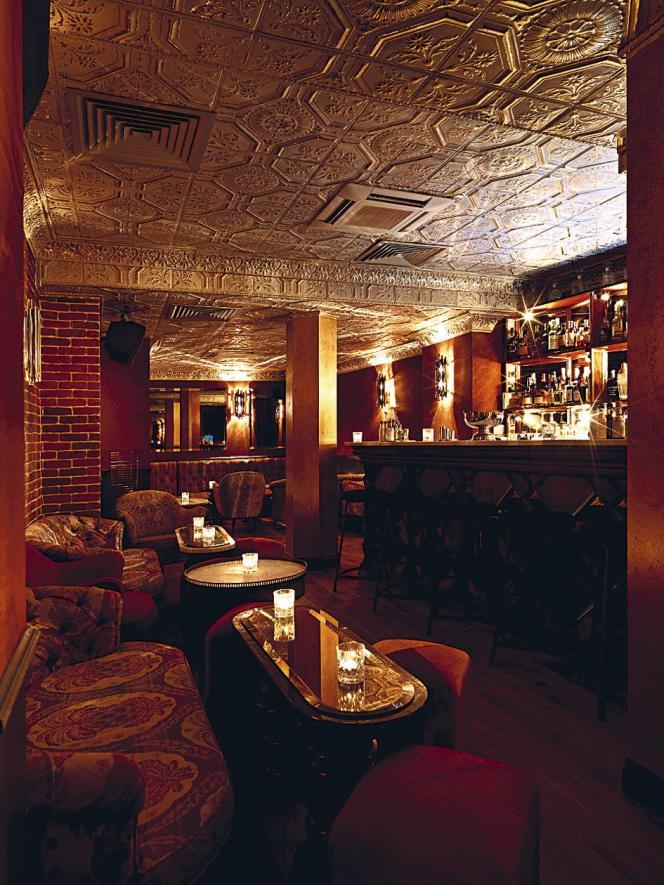 Le Carry Nation (2) s'inspire des bars clandestins de la prohibition, tandis que le  Ballroom (4) mise sur une décoration vintage. On y déguste des  cocktails d'un autre temps, comme l'Americano (3) - Martini, Campari et eau gazeuse - ou le Collins (1) - gin,  jus de citron,  sirop de sureau  et eau gazeuse. Photo: Kristen Pelou