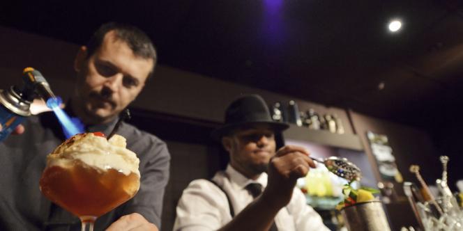 Carry Nation Le Carry Nation (2) s'inspire des bars clandestins de la prohibition, tandis que le  Ballroom (4) mise sur une décoration vintage. On y déguste des  cocktails d'un autre temps, comme l'Americano (3) - Martini, Campari et eau gazeuse - ou le Collins (1) - gin,  jus de citron,  sirop de sureau  et eau gazeuse.
