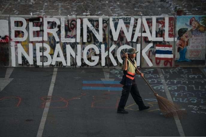Devant une entrée du siège du gouvernement la formule «Berlin wall in Bangkok» («le mur de Berlin à Bangkok») peinte en lettres de couleur sur les parpaings.