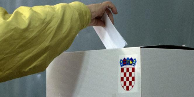 Selon les premiers résultats officiels partiels portant sur les bulletins dépouillés dans 33 % de bureaux de vote, 64,84 % des Croates ont voté oui à la question de savoir si le mariage devait être défini par la Constitution comme