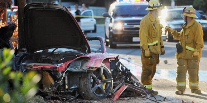 Des secouristes à proximité de la Porsche dans laquelle Paul Walker a été tué.