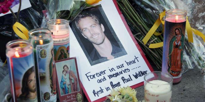 Hommage à Paul Walker à l'endroit où il a trouvé la mort à Los Angeles.