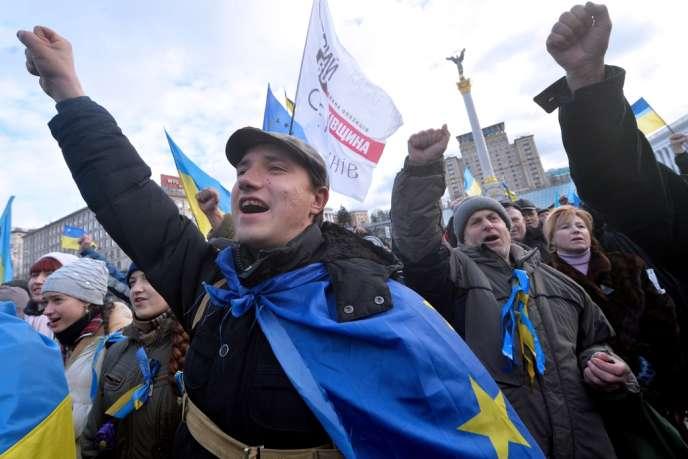 Manifestants pro-européens sur la place de l'Indépendance à Kiev (Ukraine), le 2 décembre.
