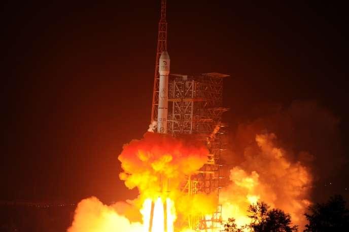 Décollage de la fusée chinoise embarquant vers la lune un véhicule d'exploration téléguidé, le