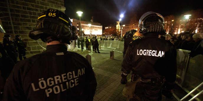 L'lslande, pays de 323 000 habitants, connaît l'une des criminalités les plus faibles au monde et seuls quelques dizaines de ses 600 policiers possèdent une arme de service – ici une manifestation devant le Parlement, à Reykjavik, en octobre 2010.