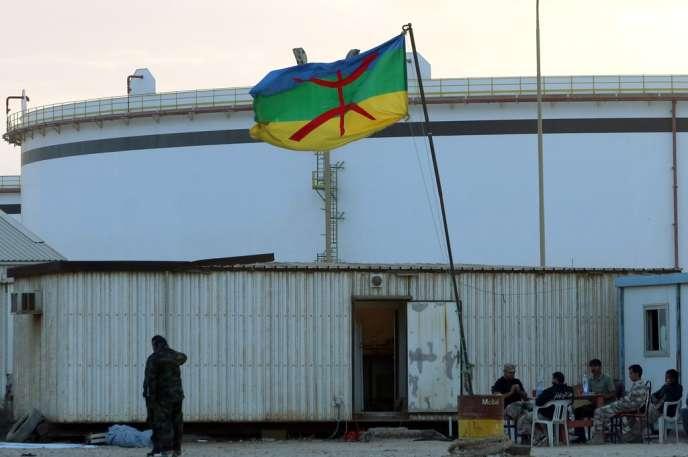 Le drapeau berbère, dans le complexe gazier de Mellitah, près de Zouara, à 100 kilomètres à l'ouest de Tripoli, en novembre.