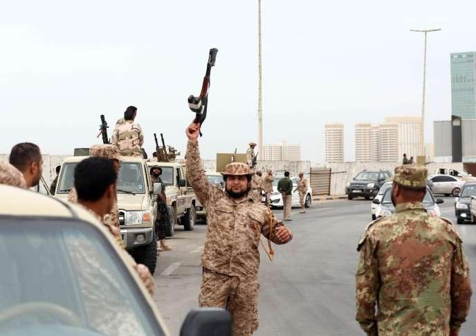 Des soldats libyens à Tripoli, après l'ordre donné aux milices de quitter la ville, le 18 novembre.