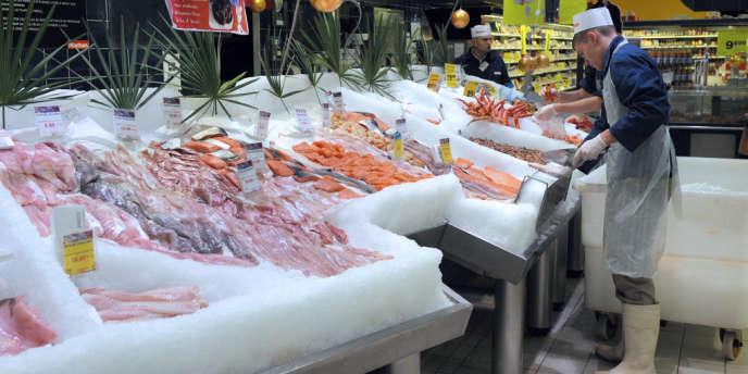 Etal de poissons dans un supermarché français.
