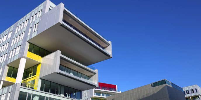 Le nouveau siège social de l'opérateur SFR à Saint-Denis dispose des locaux aérés, aux couleurs tamisées, avec cinq restaurants panoramiques, et, prochainement, d'une galerie commerciale.