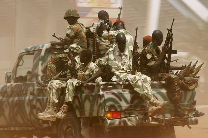 Le Conseil de sécurité de l'ONU devrait adopter un projet de résolution « autorisant » les militaires européens à « prendre toutes les mesures nécessaires», pour aider la Misca dans l'exécution de son mandat – ici une patrouille de combattants de la Séléka, à Bangui, le 3 décembre 2013.