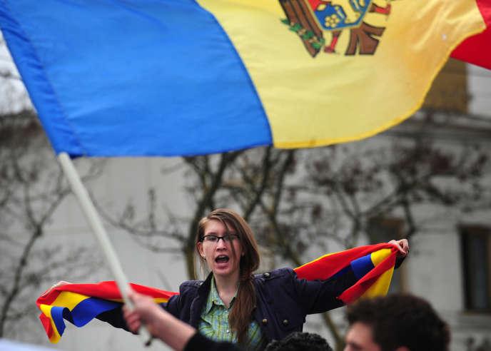 Des jeunes Moldaves étudiant en Roumanie manifestent contre Vladimir Voronin, alors président moldave et membre de la minorité russe, à Sculeni, ville frontalière entre la Moldavie et la Roumanie, en avril 2009.