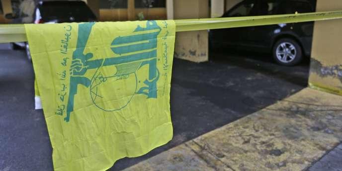 Un drapeau du Hezbollah sur les lieux où Hassan Al-Lakiss a été tué, dans la banlieu de Beyrouth.