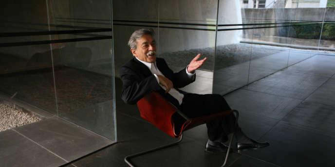 L'architecte brésilien Paulo Mendes da Rocha et le fauteuil qu'il a créé, le « Paulistano ».