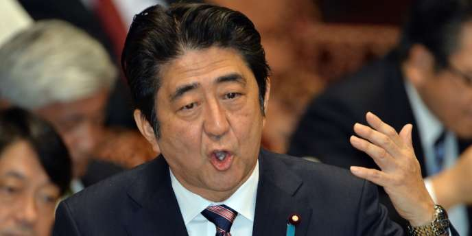En décembre 2013, le gouvernement de Shinzo Abe a supprimé le mot « déflation » de son « Rapport économique » mensuel, pour la première fois en plus de quatre ans.