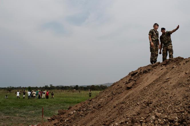 Deux militaires français sur le chantier de la future base, qui accueillera le matériel destinŽé à l'opéŽration