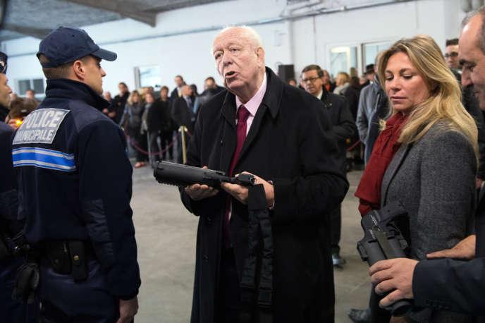 Le maire de Marseille, Jean-Claude Gaudin, en visite au siège de la police municipale à Marseille, le 29 novembre.
