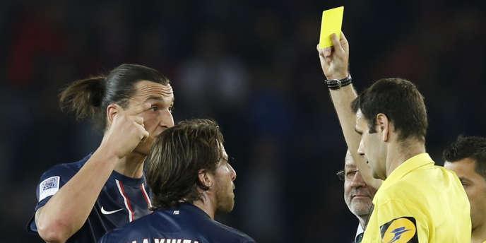 M. Alexandre Castro montre du jaune à Zlatan Ibrahimovic, lors du match Valenciennes-PSG, suite duquel, Leonardo avait fait son fameux coup d'épaule.