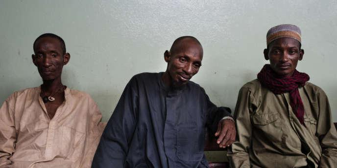 Des membres de la communauté peule de Centrafrique, sont accueillis à l'hôpital communautaire de Bangui après avoir été blessés dans des violences interconfessionnelles dans la localité de Boali. 12 personnes auraient été tuées et beaucoup d'enfants seraient blessés grièvement suite à ces violences. Dans la salle d'attente de l'hôpital, 3 hommes attendent des nouvelles des membres de leur communauté.