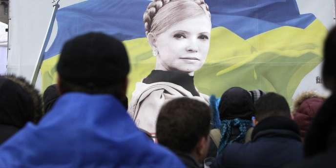 Des manifestants pro-UE brandissent un drapeau à l'effigie de l'ex-première ministre Ioulia Timochenko,  le 5 décembre à Kiev.