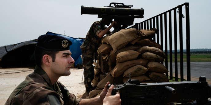 Dans le cadre de l'opŽération Sangaris, deux militaires français en poste sur les toits de l'aŽéroport de Bangui, la capitale centrafricaine.