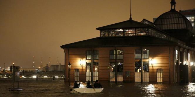 Dans le port de Hambourg, le 5 décembre. L'Allemagne s'attendait à essuyer, avec le passage de Xaver, sa plus forte tempête depuis 1962, notamment dans le port de Hambourg, au nord du pays.