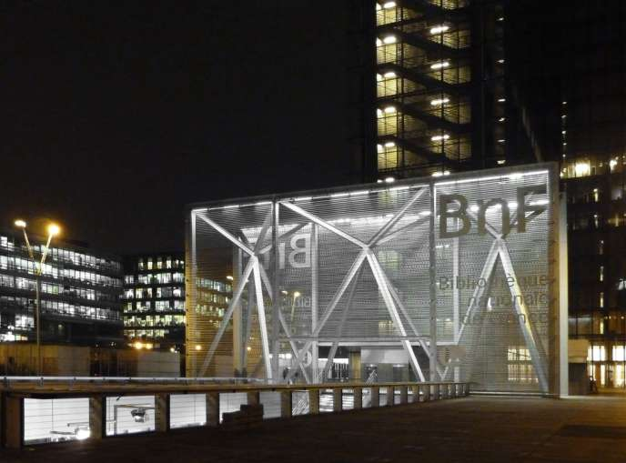 L'entrée, créée par Dominique Perrault, de la BNF, côté rue de Tolbiac, a pour vocation d'accueillir visiteurs, lecteurs et spectateurs.