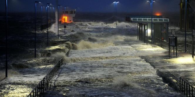 Les vagues ont envahi le port de Daguebell, dans le nord de l'Allemagne.