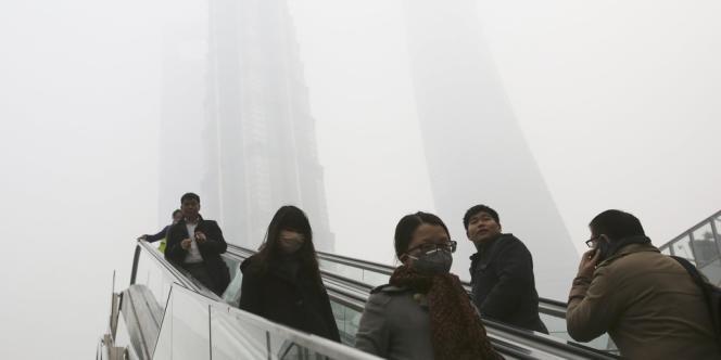 A Shanghaï, des touristes dans le brouillard de pollution vendredi 6 décembre.