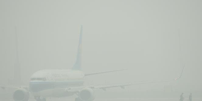 Le brouillard de pollution empêchait le décollage d'avions depuis l'aéroport de Shanghaï, vendredi 6 décembre.