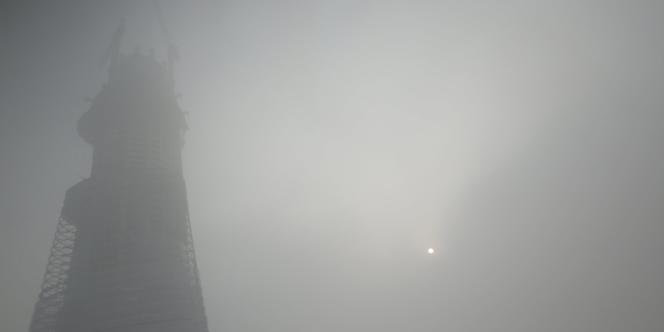 Le brouillard de pollution limitait la visibilité à quelques mètres, vendredi 6 décembre, à Shanghai.