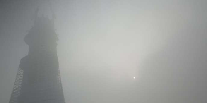 Un brouillard de pollution paralyse Shanghaï