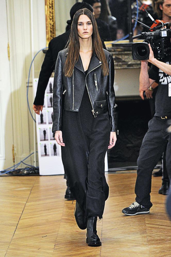 Belles matières et esprit streetwear : un des modèles de la collection automne-hiver 2013-2014  de Yang Li.