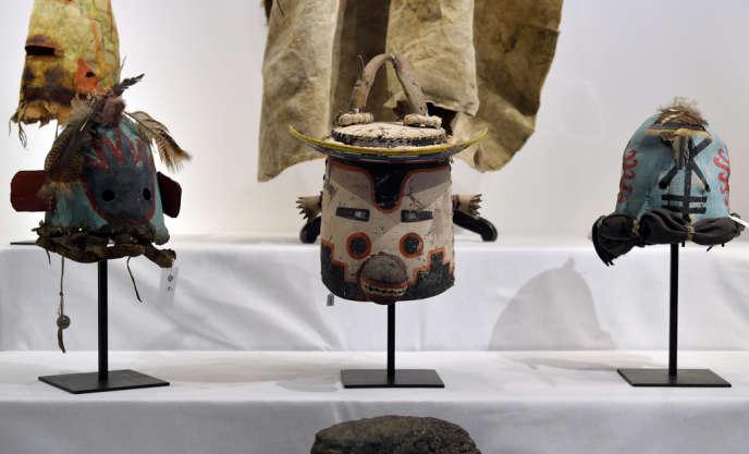 Ces masques, appelés « Katsinam » par les Hopis, sont portés par des danseurs de la tribu lors des cérémonies religieuses.